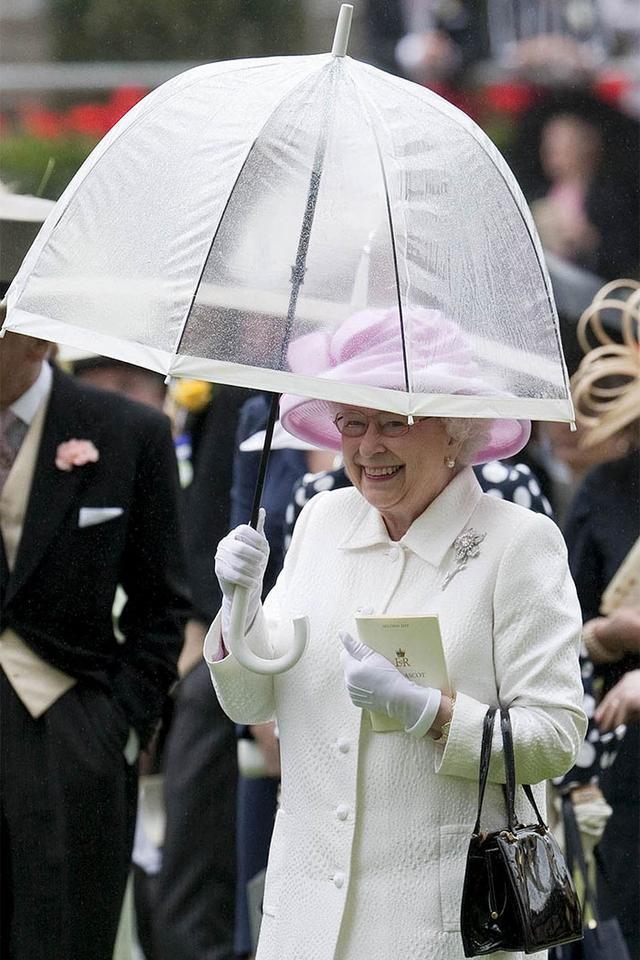 画像4: エリザベス女王の「雨の日コーデ」に欠かせないオシャレすぎるこだわりって?