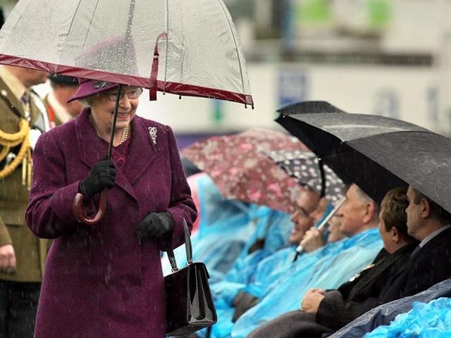 画像6: エリザベス女王の「雨の日コーデ」に欠かせないオシャレすぎるこだわりって?