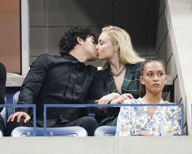 画像3: ソフィー・ターナー、婚約者ジョーとスポーツ観戦中にした「イタズラ」がお茶目