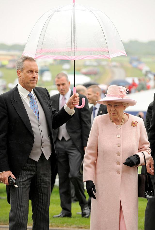 画像7: エリザベス女王の「雨の日コーデ」に欠かせないオシャレすぎるこだわりって?