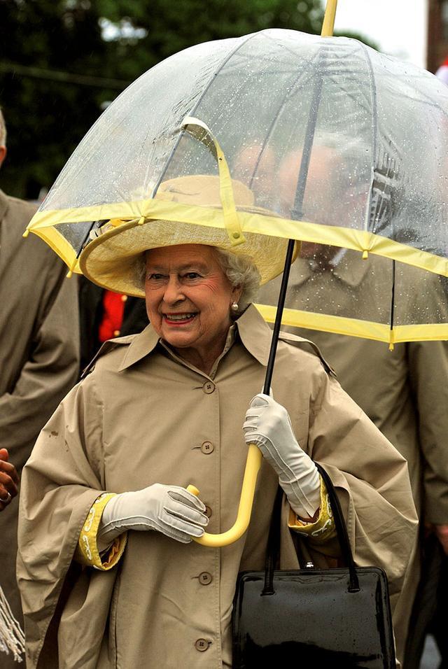 画像5: エリザベス女王の「雨の日コーデ」に欠かせないオシャレすぎるこだわりって?