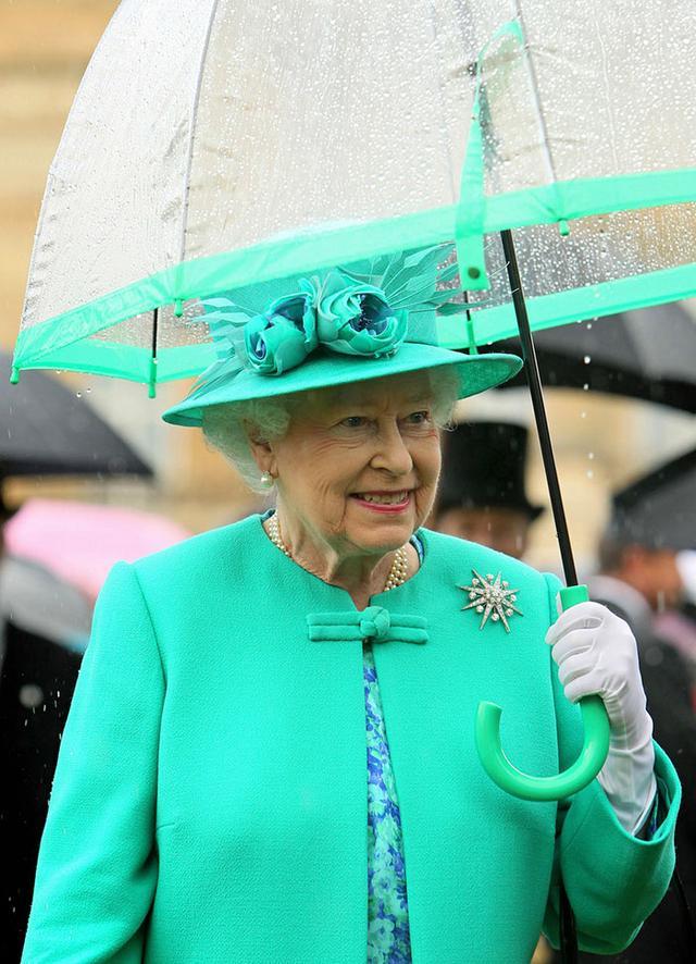 画像2: エリザベス女王の「雨の日コーデ」に欠かせないオシャレすぎるこだわりって?