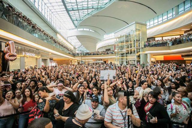 画像: プエルトリコのイベントでは二階までファンであふれかえった。©CNCO/Facebook