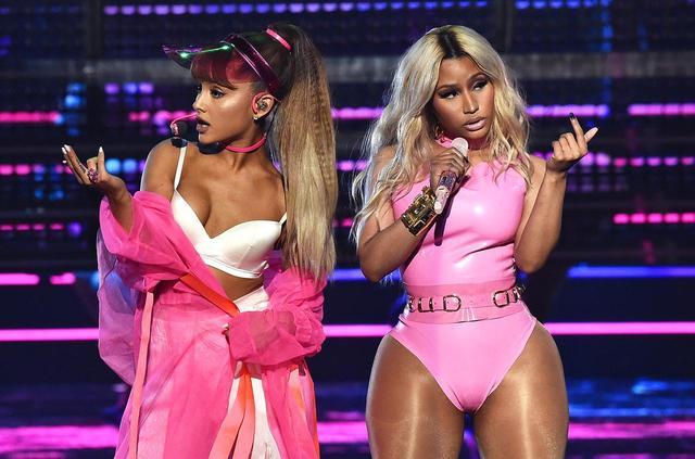 画像: 2016年 MTV Video Music Awardsでニッキーと共演したアリアナ。