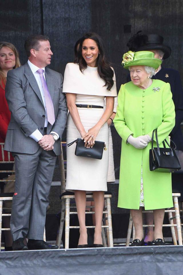 画像: エリザベス女王の前ではつねにスカートスタイルのメーガン妃。