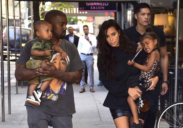 画像: キムには、夫でラッパーのカニエ・ウェストとのあいだにノースちゃん(右)、セイント君(左)、そして先ほどの写真に出てきたシカゴちゃんの3人の子供がいる。