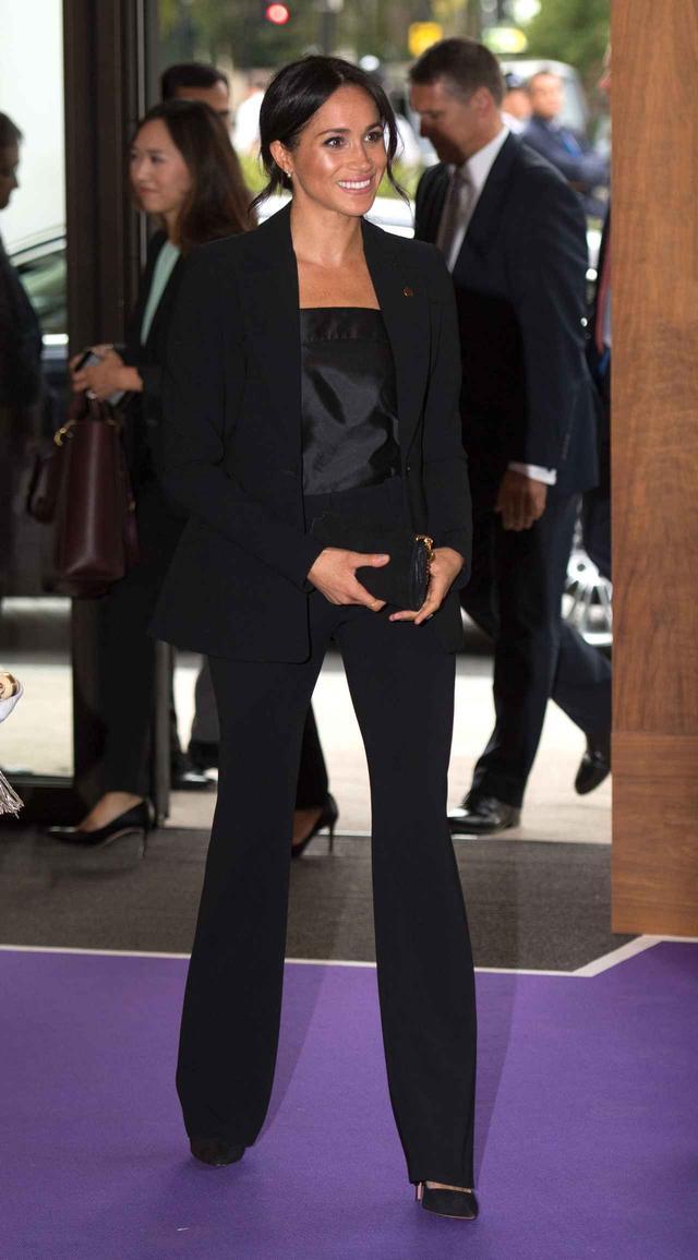 画像1: メーガン妃、夫が禁止した「スーツ」を再度着用!エリザベス女王はどう思ってる?