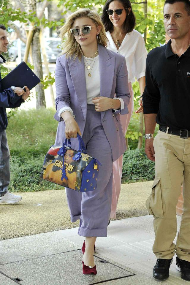 画像1: クロエ・モレッツが提案、カラーを使ったスマートなジャケットスタイルに注目
