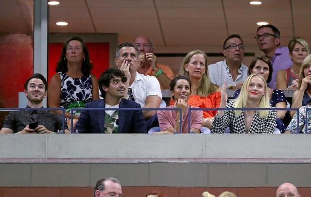 画像2: ジョー&ケヴィン・ジョナス、全米オープンでカメラに抜かれると…