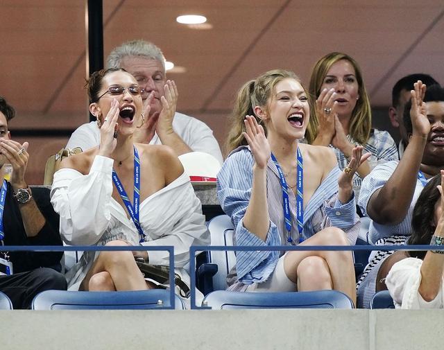画像3: ジジ&ベラ・ハディッド姉妹、どセクシーな「彼シャツ」ルックで白熱テニス観戦