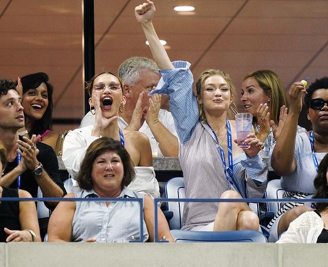 画像5: ジジ&ベラ・ハディッド姉妹、どセクシーな「彼シャツ」ルックで白熱テニス観戦