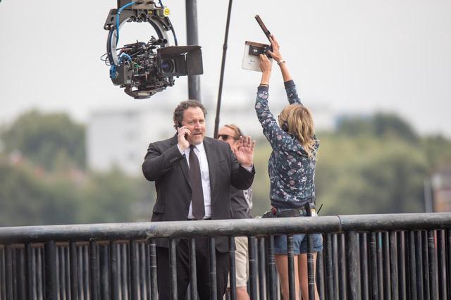 画像: 誰かと通話中のハッピー。もしかして電話の相手はトニー?