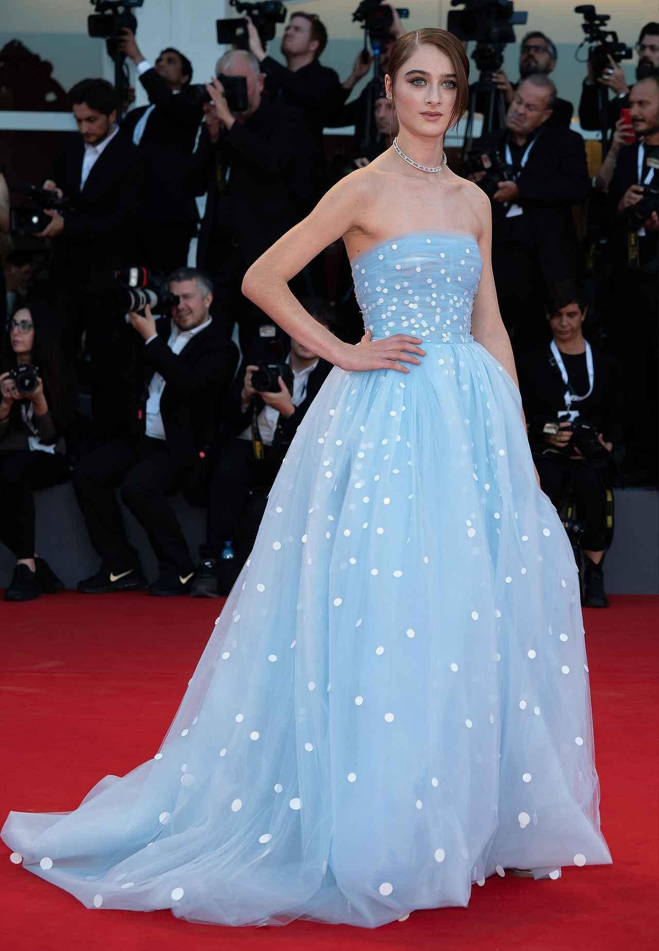 画像: オスカー・デ・ラ・レンタ (Oscar de la Renta)の淡いブルーのベアトップドレスで若々しさを全面に活かしたドレスで視線を浴びたラフィー。