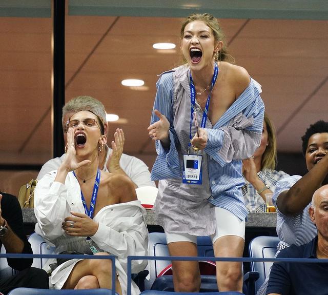 画像6: ジジ&ベラ・ハディッド姉妹、どセクシーな「彼シャツ」ルックで白熱テニス観戦