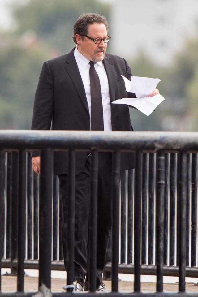 画像: 書類を見て眉間にシワを寄せているハッピー。トラブル発生?