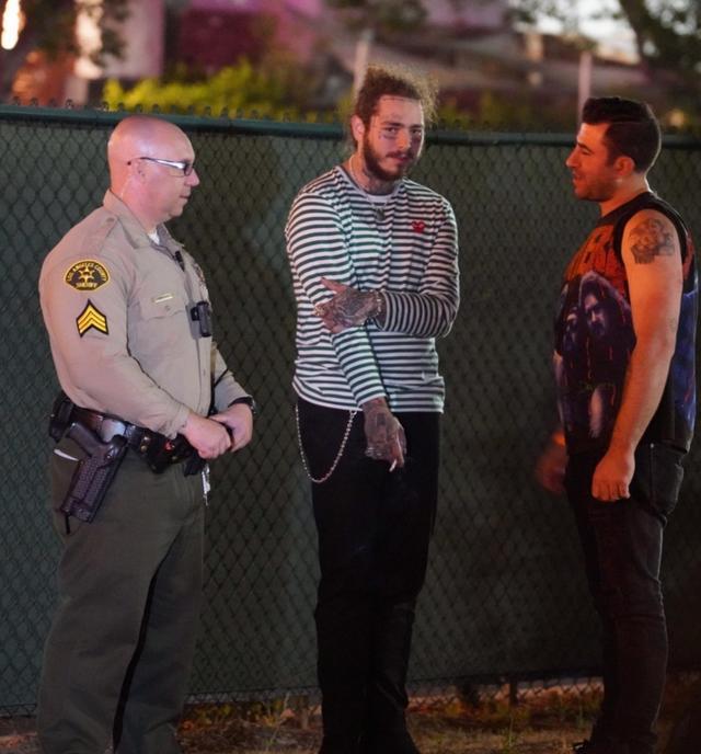 画像: 事故現場で警察と話をするポスト。