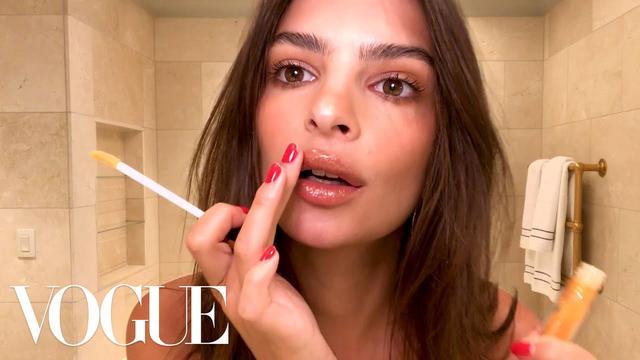 画像: Emily Ratajkowski's 5-Minute Date-Night Look | Beauty Secrets | Vogue www.youtube.com