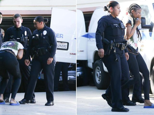 画像: カリフォルニア州サンフェルナンド・バレーにあるマックの自宅から遺体が運び出される際、友人と思われる女性が号泣。