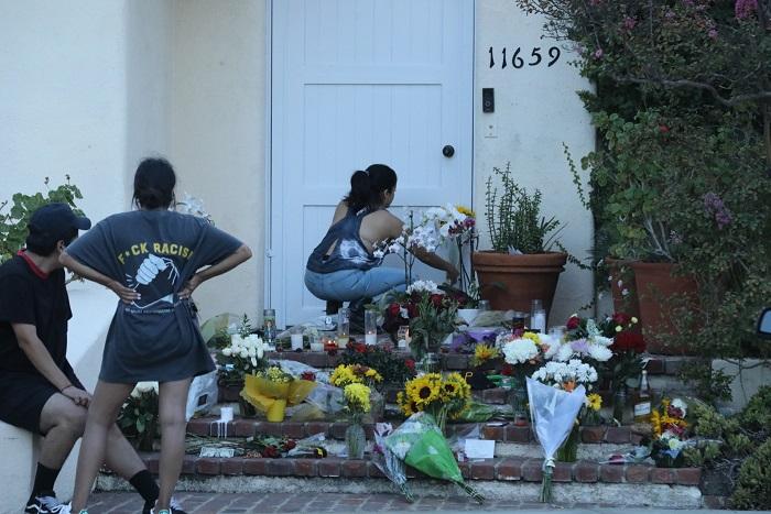 画像: マックの死後、彼の自宅玄関先にはファンたちによりたくさんの花などが供えられている。