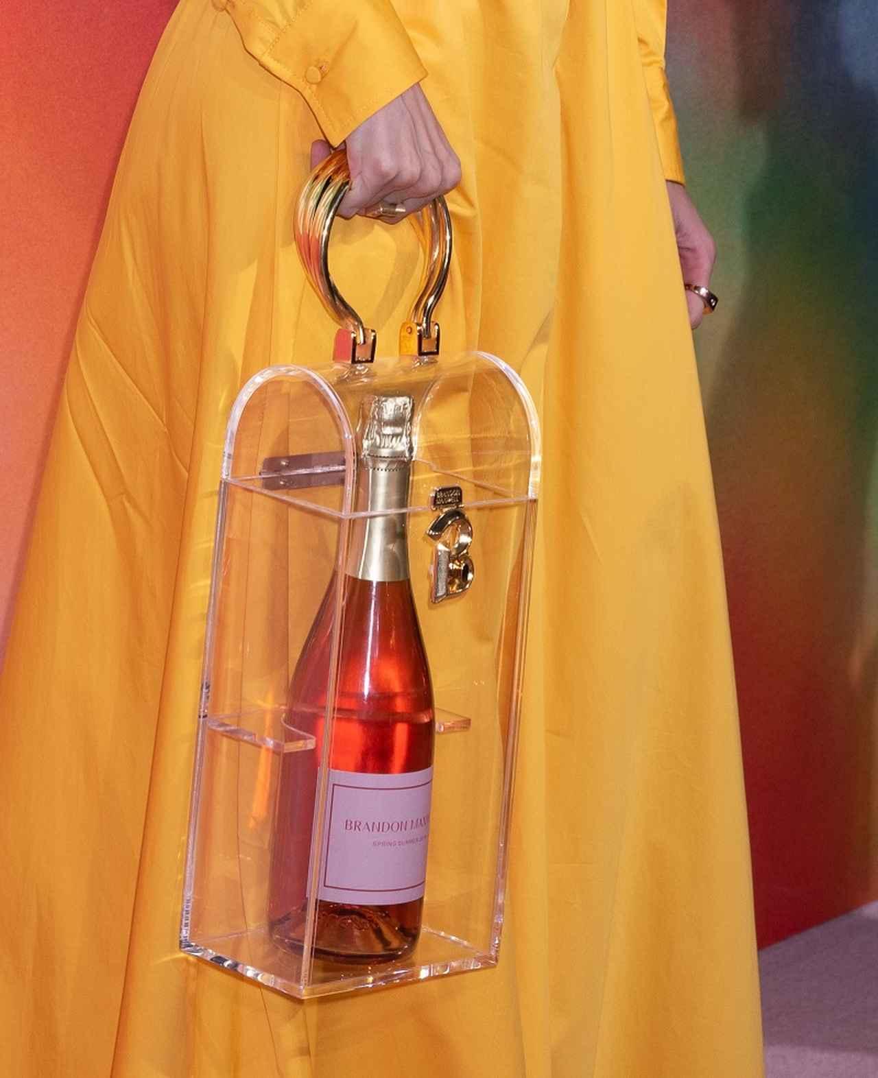 画像3: ジジ・ハディッドの透明バッグの「中身」がバブリー! なぜそんなモノを…?