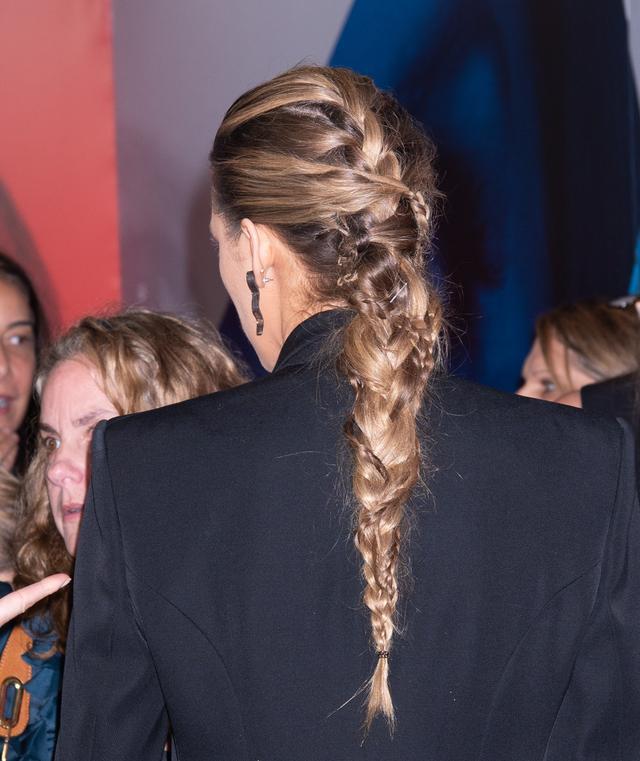 画像: 細みつあみと太みつあみを巧みに組み合わせた凝ったヘアスタイルも視線を集めていた。