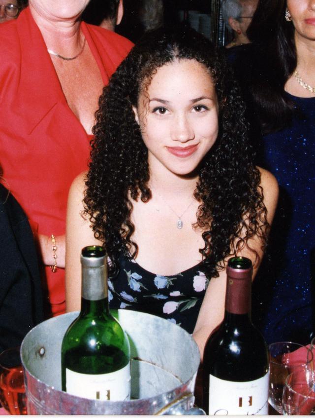 画像: 15歳の頃のメーガン妃。確かにくるくるのカーリーへア。