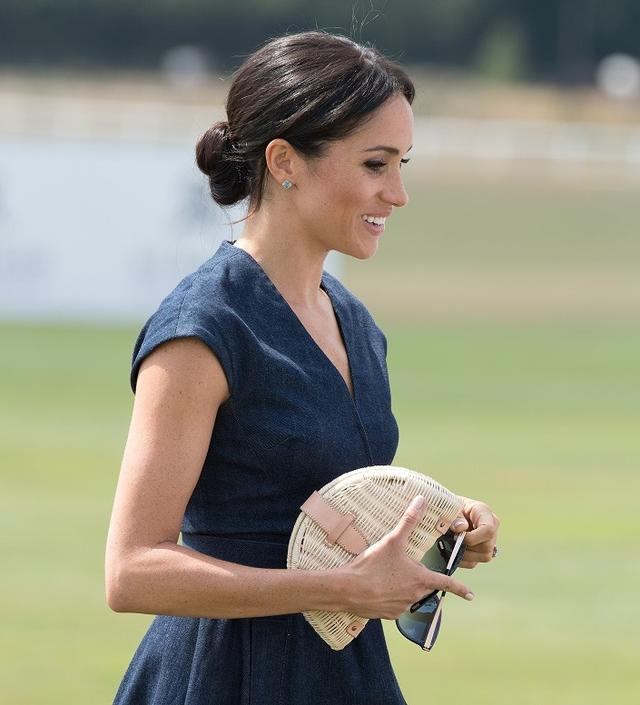 画像: 王室入り以降、低い位置で結ったお団子ヘアが定番のスタイルとなりつつあるメーガン妃。