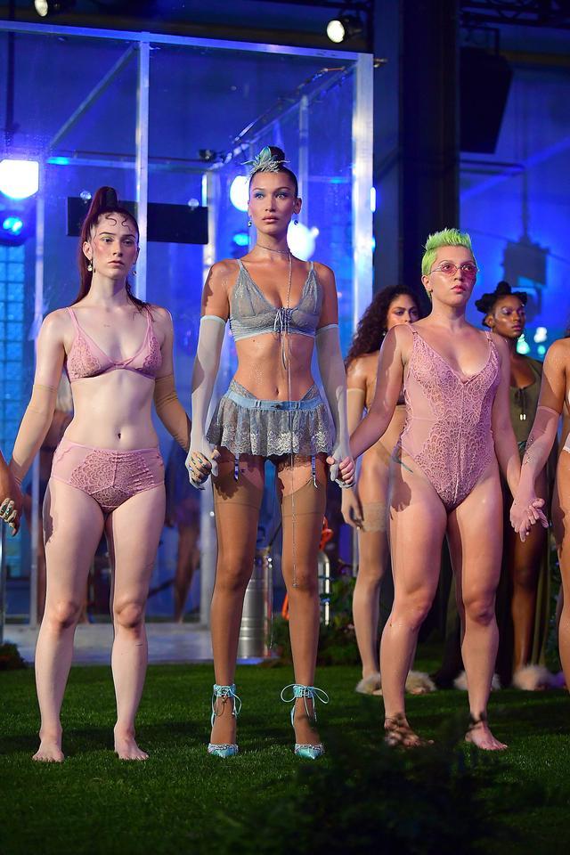 画像: ベラ・ハディッド、Savage x Fenty ニューヨーク・ファッションウィークのファッションショーより。