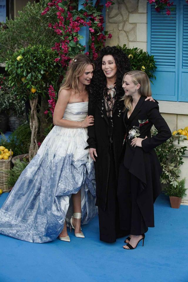 """画像: ロンドンで行われたワールドプレミアのレッドカーペットで、リリー・ジェームズとアマンダ・サイフリッドと""""親子3世代ショット""""を披露して話題になっていたシェール。"""