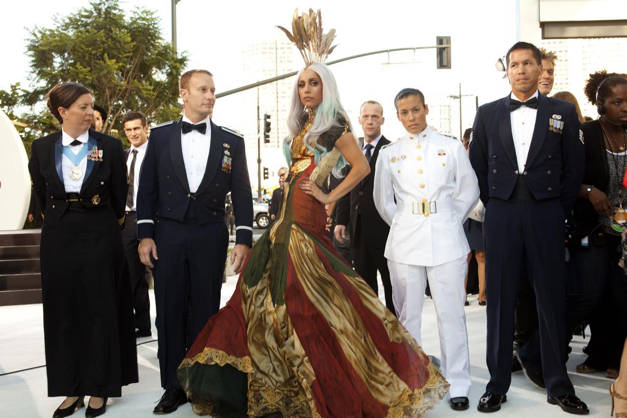 画像: ガガが「キャリア史上最も思い出深い衣装」として挙げたアレクサンダー・マックイーン(Alexander McQueen)のドレス。