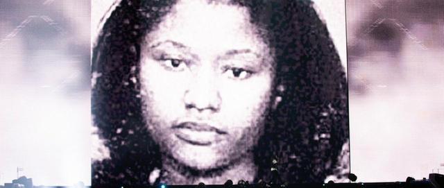 画像: 彼女がラッパーとして成功する前、レストランでウェイトレスとして働いていた20歳の頃に武器の不法所持で逮捕された際に撮影されたもの。 www.beyonce.com