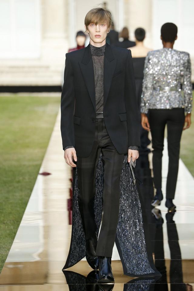 画像: ジヴァンシィのランウェイでは、確かにブレイクが着たのとまったく同じルックを男性モデルが着用していた。