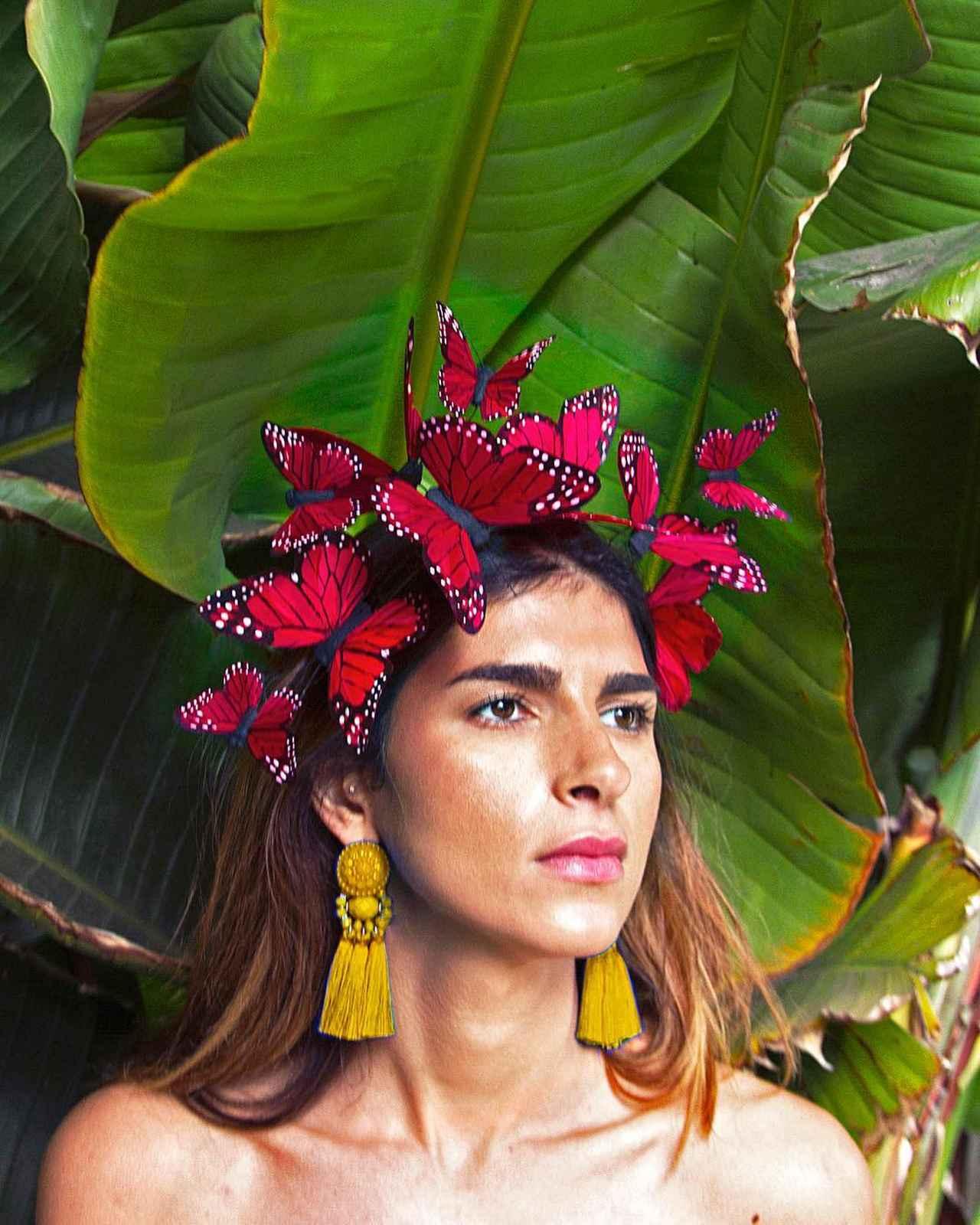 """画像1: VIVADELFINA on Instagram: """"@nazamirfatemi looking all Frida in the Corazon Red butterfly fascinator ❤️ this little beauty flutters with your head movements and is…"""" www.instagram.com"""