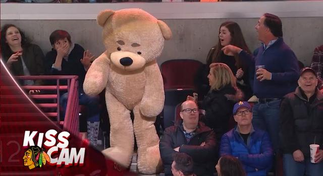 画像10: NHLの試合での「キスカム」で予想外のできごと、このオチは予想できなかった…