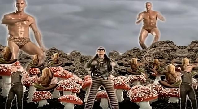 """画像1: The Shamen """"Comin' On""""ミュージックビデオより"""
