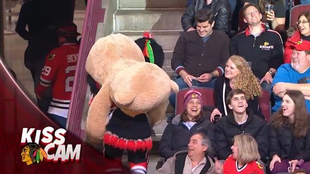画像8: NHLの試合での「キスカム」で予想外のできごと、このオチは予想できなかった…