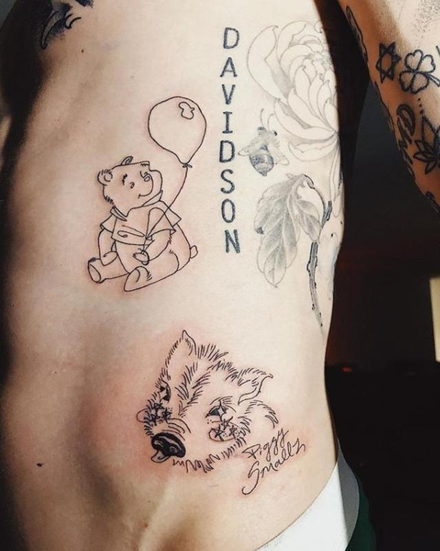 画像: ピートの脇腹下に入った子ブタのタトゥー。©girlknewyork/Instagram www.instagram.com