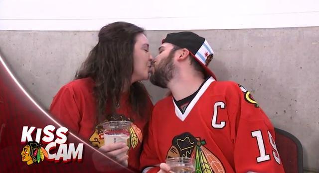画像1: NHLの試合での「キスカム」で予想外のできごと、このオチは予想できなかった…