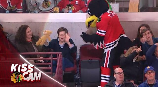 画像3: NHLの試合での「キスカム」で予想外のできごと、このオチは予想できなかった…