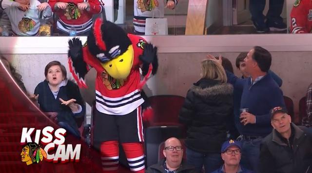 画像7: NHLの試合での「キスカム」で予想外のできごと、このオチは予想できなかった…