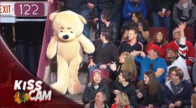 画像12: NHLの試合での「キスカム」で予想外のできごと、このオチは予想できなかった…