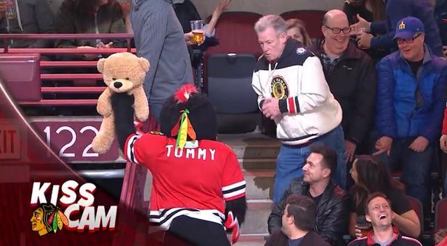 画像5: NHLの試合での「キスカム」で予想外のできごと、このオチは予想できなかった…