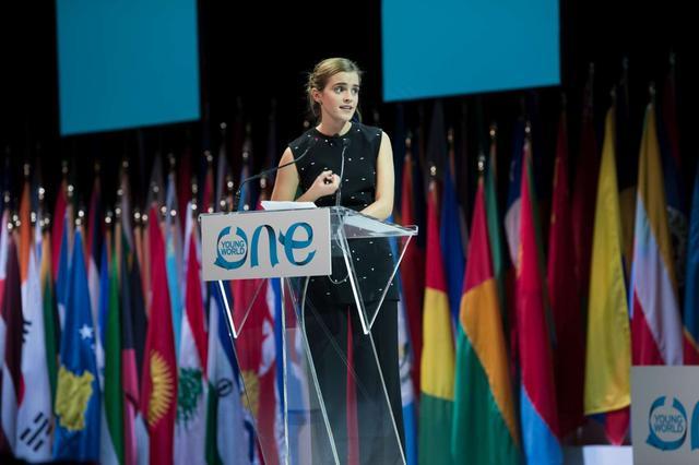 画像: カナダ・オタワで開かれた若者のための国際会議「One Young Worldサミット」で性差別撲滅についてスピーチしたエマ。