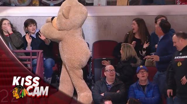 画像11: NHLの試合での「キスカム」で予想外のできごと、このオチは予想できなかった…
