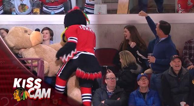 画像9: NHLの試合での「キスカム」で予想外のできごと、このオチは予想できなかった…