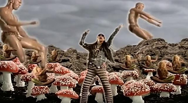 """画像2: The Shamen """"Comin' On""""ミュージックビデオより"""