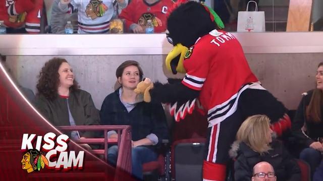 画像2: NHLの試合での「キスカム」で予想外のできごと、このオチは予想できなかった…