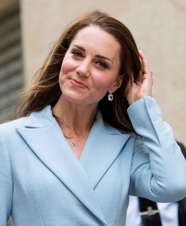 画像: キャサリン妃はブルーが鮮やかなトパーズのピアスがお気に入り。
