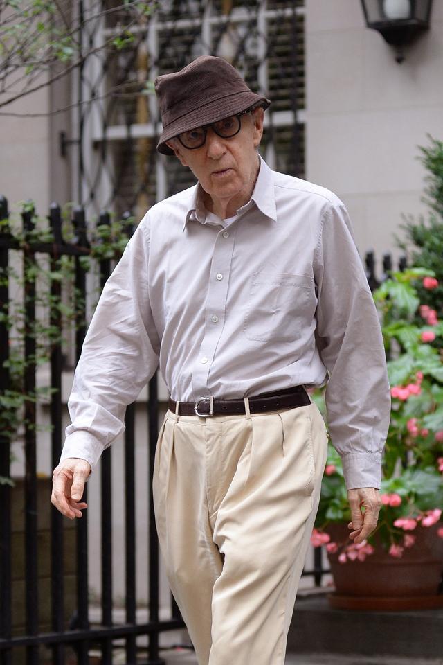 画像: 米ヴァルチャーでのスン・イーのインタビューが公開された翌日、ニューヨークにある自宅から出てきたウディ。