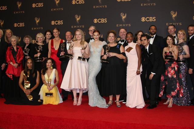 画像: 主要部門を含む8部門を受賞した2017年エミー賞の様子。